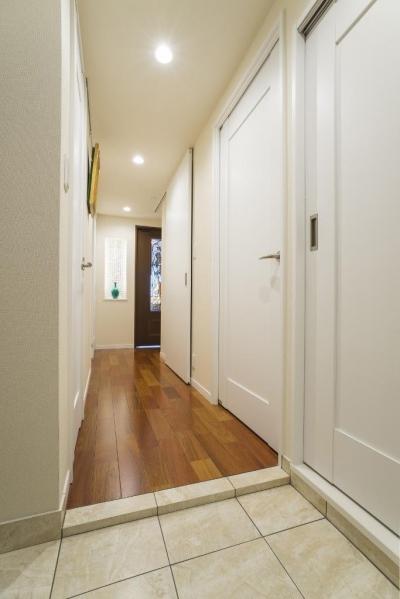 玄関ホール (開放的な音楽スタジオを備えたタイルで彩られた空間)
