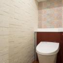 開放的な音楽スタジオを備えたタイルで彩られた空間の写真 トイレ