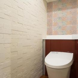 開放的な音楽スタジオを備えたタイルで彩られた空間 (トイレ)