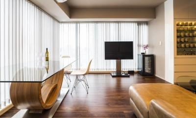 高層階の大空間で上質なインテリアを楽しむタワーマンションの暮らし (リビングダイニング)