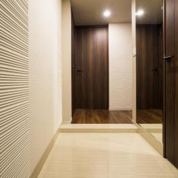 高層階の大空間で上質なインテリアを楽しむタワーマンションの暮らし (玄関)