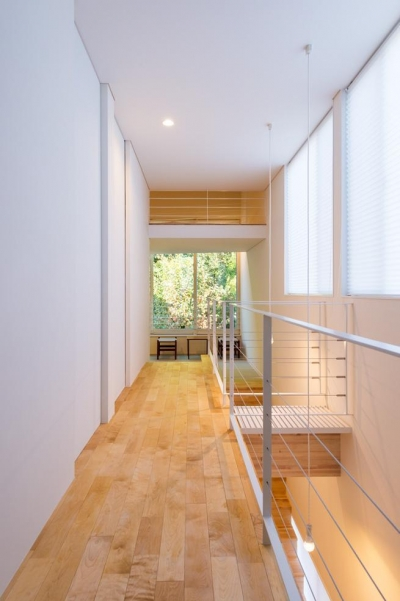 刈羽村の家 (階段室と廊下をみる)