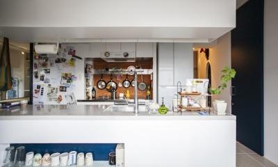 S邸-四つの窓ごとにシーンが切り替わる (キッチン)