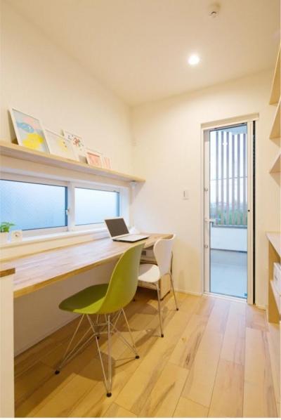 スキップフロアの書斎 (ゆったり暮らす子育て世代の家)