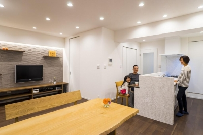 リビングダイニングキッチン (家族みんなが快適に過ごせる開放的なLDKに生まれ変わった住まい)