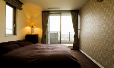 ベッドルーム|リビングダイニングからの眺望を楽しむ落ち着いたモダンな空間