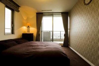 ベッドルーム (リビングダイニングからの眺望を楽しむ落ち着いたモダンな空間)