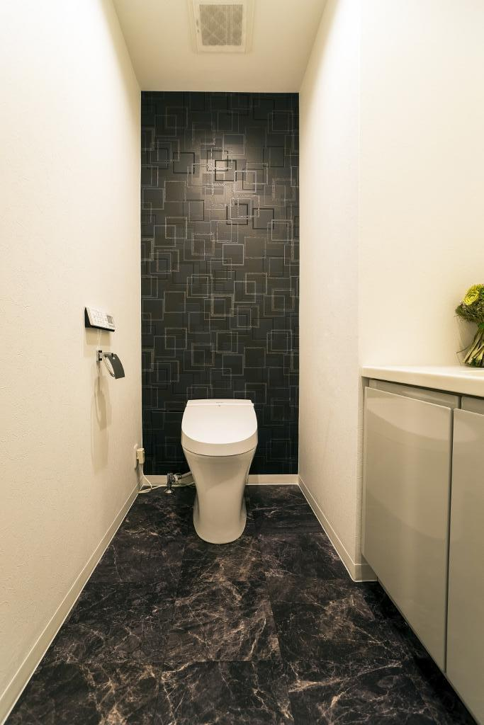 リビングダイニングからの眺望を楽しむ落ち着いたモダンな空間の部屋 トイレ