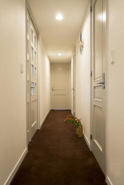 玄関ホール (リビングダイニングからの眺望を楽しむ落ち着いたモダンな空間)