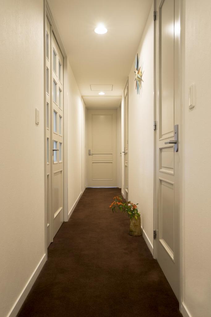 リビングダイニングからの眺望を楽しむ落ち着いたモダンな空間の部屋 玄関ホール