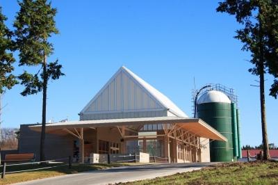 マザー牧場・ファームステーション (サイロとファームステーションがいいバランスを見せています)