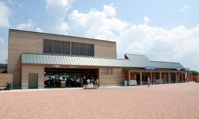 この建物は二つの顔を持っています。|マザー牧場・まきばゲート