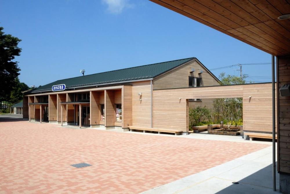 マザー牧場・まきば売店 (この建物も通常では鉄骨がふさわしいと考えるような建物なのですが、木造中断面によるSE 構法を採用しました。)