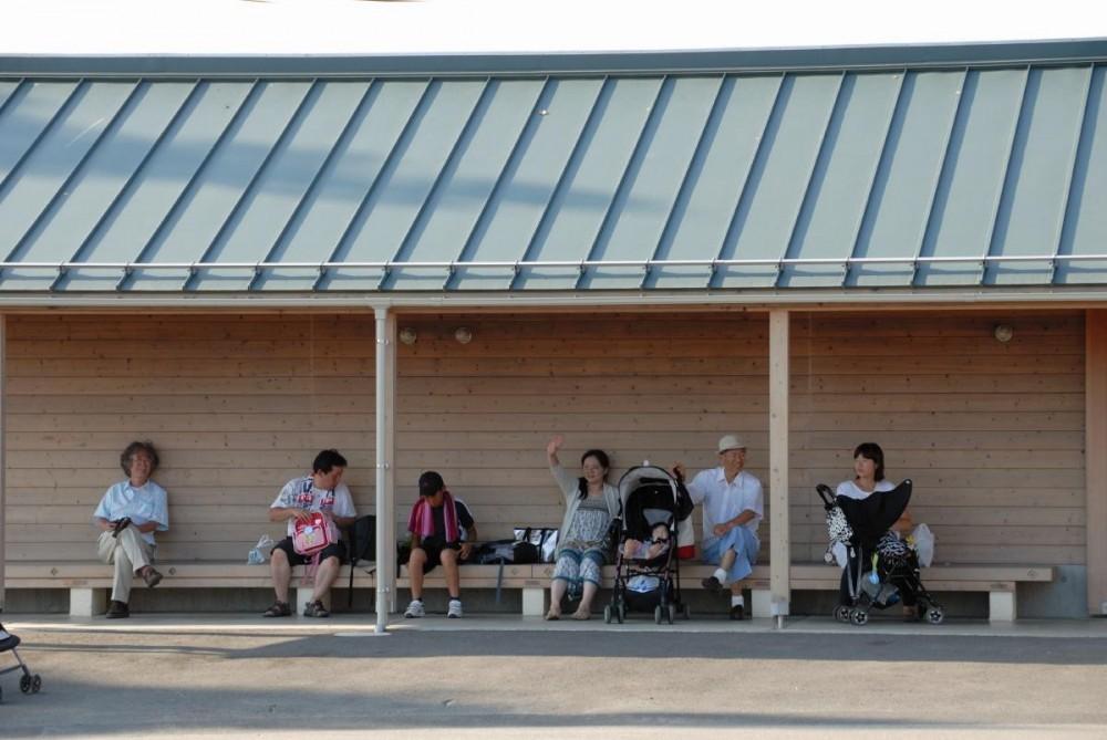 マザー牧場・まきばトイレ (入り口脇にベンチを設けてあります。)