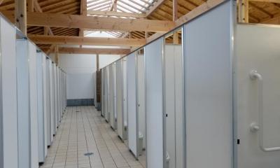 マザー牧場・まきばトイレ (テントの天窓はトイレ内を素敵な光で満たしています。)
