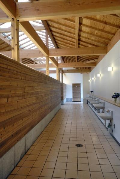 内部にはアクセントと木の壁も使用しています。 (マザー牧場・まきばトイレ)