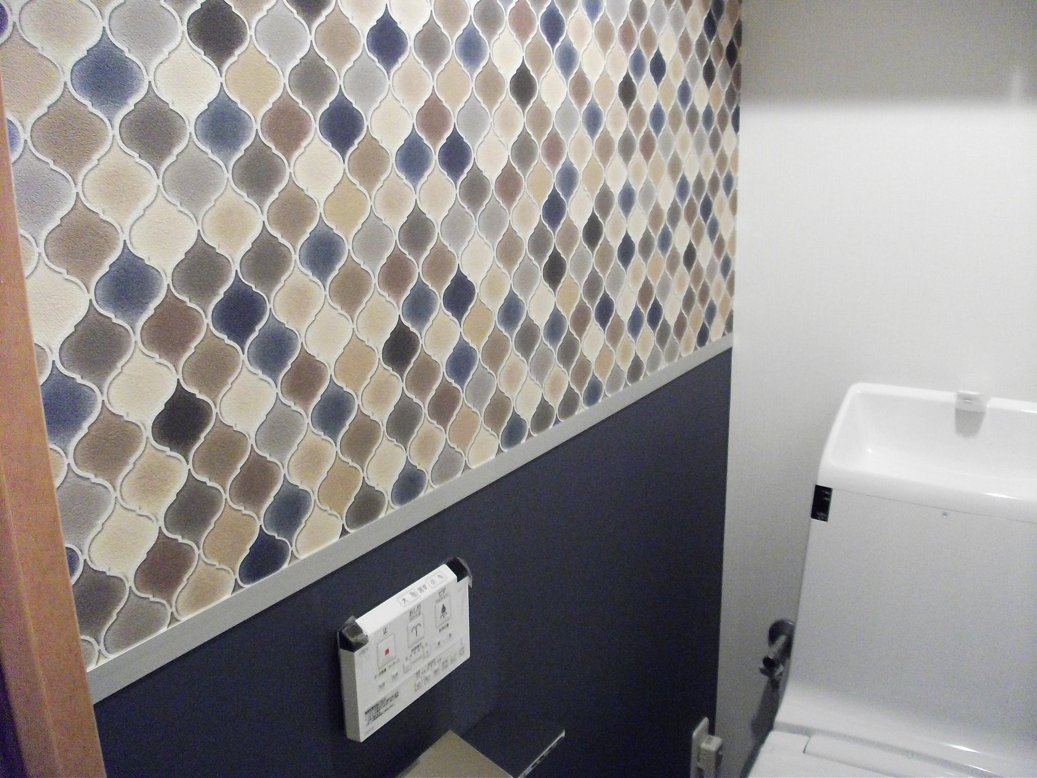 ビンテージマンションの写真 トイレのカラフルなクロス