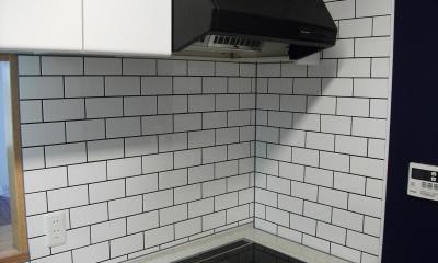 キッチンは白タイルを一面に|ビンテージマンション