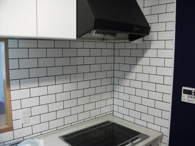 ビンテージマンション (キッチンは白タイルを一面に)