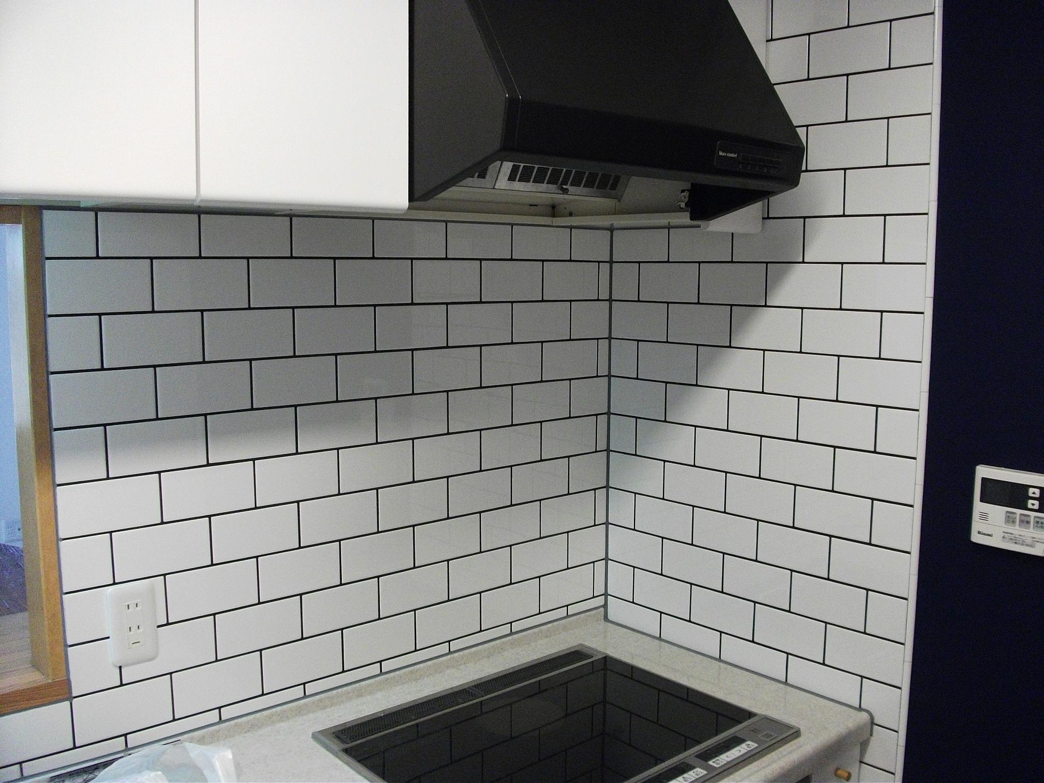 ビンテージマンションの写真 キッチンは白タイルを一面に