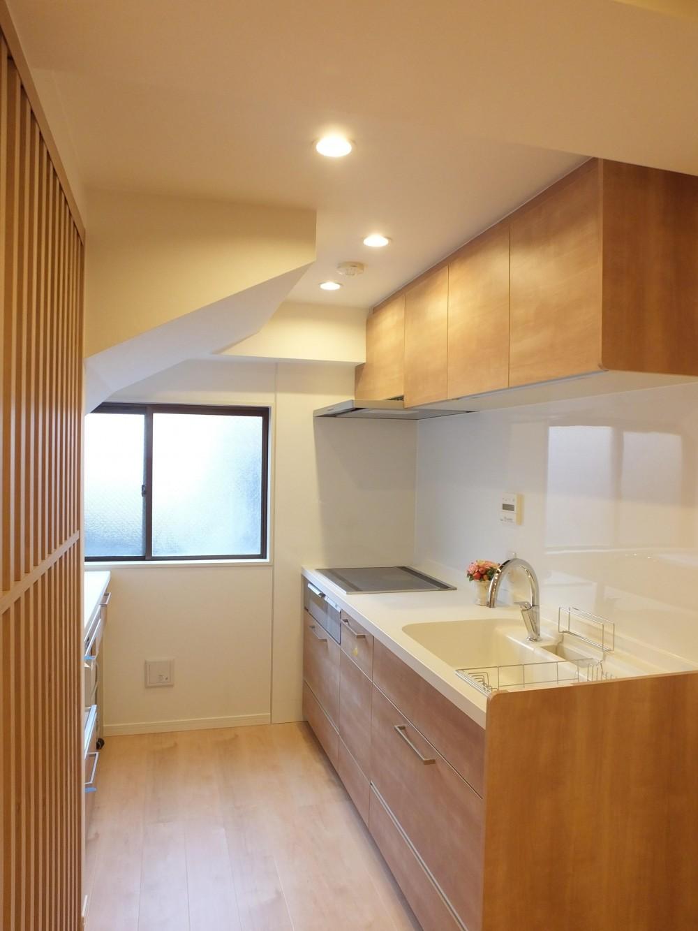 ホテルのような都会的でシンプルな内装を我が家に。 (柔らかな光の中のキッチン)