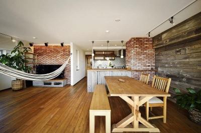 対面キッチン (遊び心のある大人のシャビーな空間)
