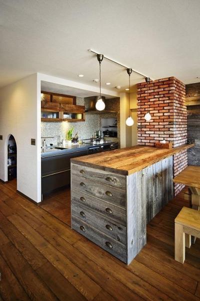 造作キッチンカウンター (遊び心のある大人のシャビーな空間)