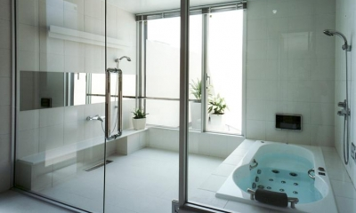 上足洗の家 (ガラス張りのバスルーム)