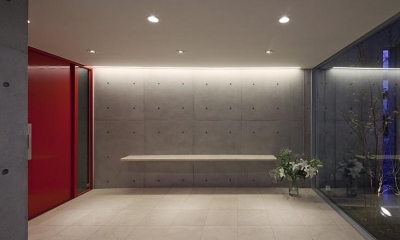 T-house (コンクリートの素材を生かしたシンプルなエントランス)