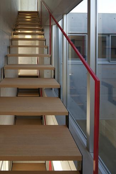T-house (木を感じるオープン型階段)