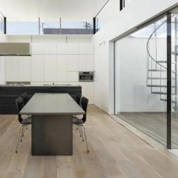 SI-house_薄い屋根と水盤と一体になる家 (Kitchen)