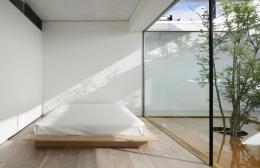 SI-house_薄い屋根と水盤と一体になる家 (Bedroom)