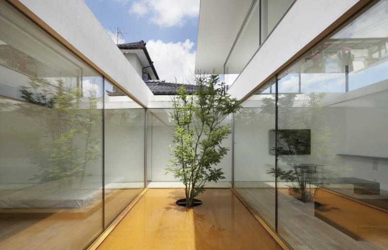 建築家:TNdesign一級建築士事務所「SI-house_薄い屋根と水盤と一体になる家」