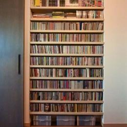 最小限のスペースで最大限のやりたいことを実現!2人の1LDK (大容量のCD収納棚)