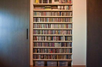 大容量のCD収納棚 (最小限のスペースで最大限のやりたいことを実現!2人の1LDK)