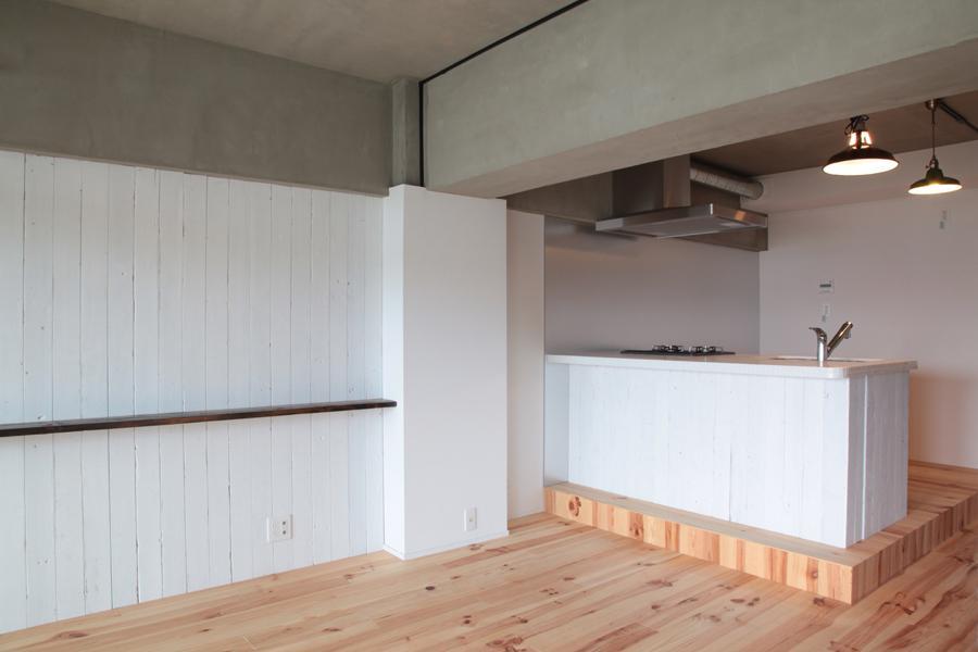 LDKと個室がゆるやかにつながるリラックス空間 (パインフローリングと白いアイランドキッチンが印象的なLDK)