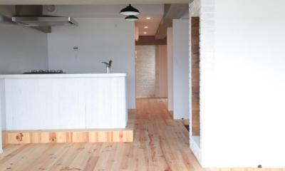 LDKと個室がゆるやかにつながるリラックス空間 (LDKから玄関方向を見る)