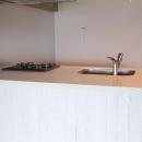 LDKと個室がゆるやかにつながるリラックス空間の写真 白いアイランドキッチン
