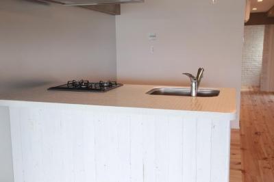 LDKと個室がゆるやかにつながるリラックス空間 (白いアイランドキッチン)