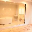 LDKと個室がゆるやかにつながるリラックス空間の写真 ホテルのようにスタイリッシュなサニタリー