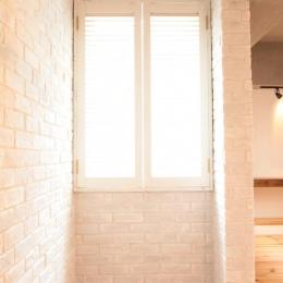 LDKと個室がゆるやかにつながるリラックス空間 (玄関の壁には白いブリックタイルを)