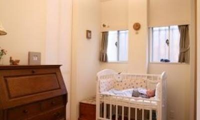 引戸でつながる 部屋が広がる (キッチンと寝室に使う和室の間にある小さなスペース)