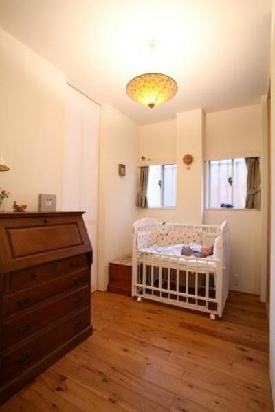 キッチンと寝室に使う和室の間にある小さなスペース (引戸でつながる 部屋が広がる)