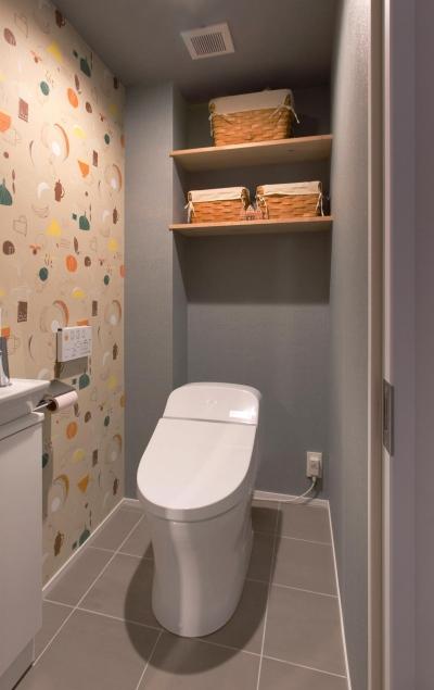 トイレ (赤レンガの桜並木を望む角部屋に「かっこいい」を集めたお気に入りの住まい。)