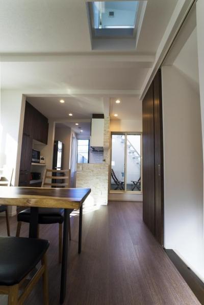 リビングダイニングキッチン (「さりげないリゾート感」のある白壁とオレンジ屋根の住まい)
