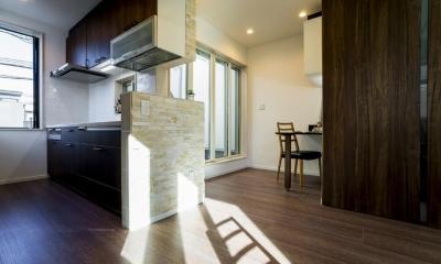 「さりげないリゾート感」のある白壁とオレンジ屋根の住まい (リビングダイニングキッチン)