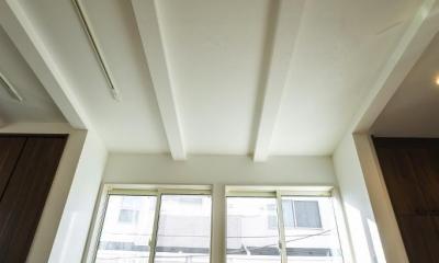 リビングダイニングキッチン|「さりげないリゾート感」のある白壁とオレンジ屋根の住まい