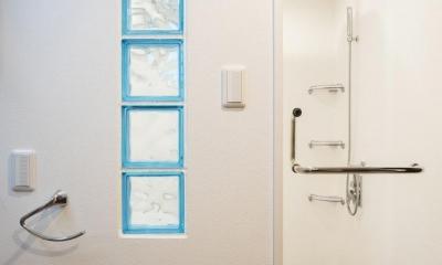 バスルーム・サニタリー|「さりげないリゾート感」のある白壁とオレンジ屋根の住まい