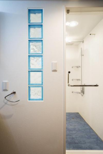 バスルーム・サニタリー (「さりげないリゾート感」のある白壁とオレンジ屋根の住まい)