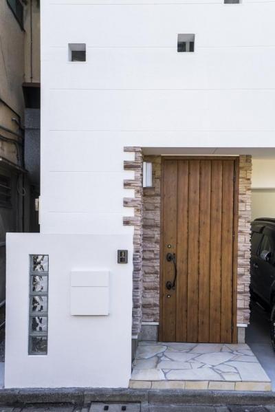 「さりげないリゾート感」のある白壁とオレンジ屋根の住まい (外観)